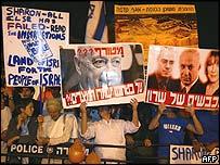 Anti-disengagement demonstrators outside Knesset