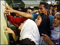 Relatives check names of the dead outside army camp in Pattani (27/10/04)