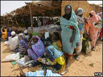 Sudanese queue for aid in Darfur