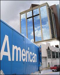 Огромный крест на здании из стекла и бетона