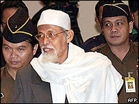 Militant cleric Abu Bakar Bas'asyir is brought into court, 28 Oct