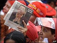 Imagen de Hugo Chávez, presidente de Venezuela, en un periódico.