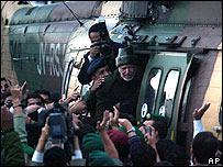 Arafat subiendo al helicóptero en Ramala