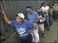 Venezolanos hacen fila para votar.