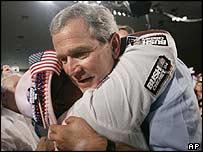 جورج بوش يحيي الناخبين في ميامي