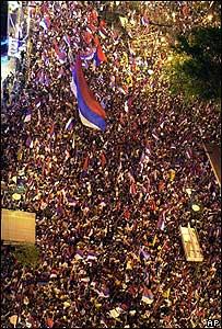 La multitud de seguidores de Tabaré Vázquez llenan las calles de Montevideo