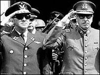 Augusto Pinochet (izq.) y otros altos militares.