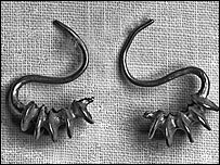 A pair of Chinese S-shaped gold earrings ( Yuan Dynasty, AD1279-1368).
