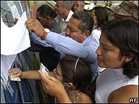 votantes venezolanos revisan lista de electores empadronados en Caracas