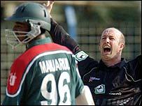 New Zealand's Chris Harris unsuccessfully appeals for the dismissal of Bangladesh batsman Manjarul Islam