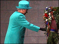 The Queen laid the wreath at the Neue Wache in Berlin
