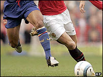 Arsenal and Man Utd players run for the ball