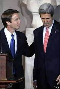 John Edwards y John Kerry durante el discurso  que confirm� la derrota en Boston.