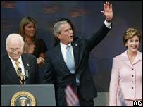 George Bush, junto a su esposa Laura y el vicepresidente, Dick Cheney, durante su discurso de victoria.