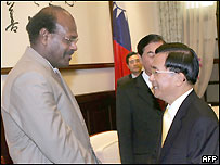 Serge Vohor (L) meeting Taiwan's President Chen Shui-bian (3 Nov 04)