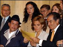 Líder indígena y congresista Jorge Guaman entrega firmas de su partido solicitando la destitución de Gutiérrez.