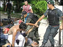25/10/2004 Thai security forces take handcuffed Muslims to a waiting truck at Takbai district 