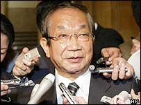 Yoshinori Ono, director-general of Japan Defence Agency, is surrounded by reporters  (10/11/04)