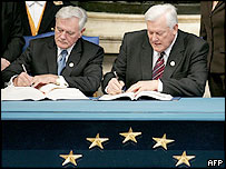 Lithuania's President Valdas Adamkus (left)  and Prime Minister Algirdas Brazauskas sign the EU constitution treaty