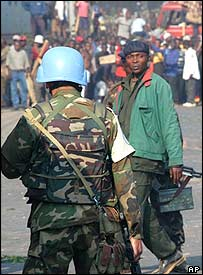 UN peacekeeper and a Congolese soldier