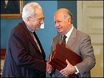 Ricardo Lagos recibió el informe de manos del obispo católico Sergio Valech