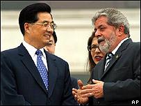 El presidente brasileño Luiz Inácio Lula da Silva (izq.) conversa con su homólogo chino, Hu Jintao (der.)
