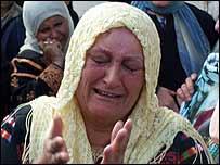 Una mujer palestina llora por la muerte de Arafat.