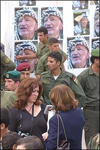 Jana Beris, enviada especial de a BBC (centro) en Ramala.