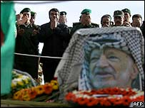 Palestinians pray at the grave of former leader Yasser Arafat, 13 November 2004