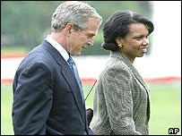 George W. Bush (izquierda) y Condoleeza Rice