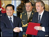 Argentine President Nestor Kirchner (right) shakes hands with China's President Hu Jintao at the Presidential House in Buenos Aires.