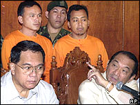 Anti-Terrorism Task Force Chairman Eduardo Ermita right, points towards bombing suspects Rio Dimson Manamba, behind left and Rahman Camili, 18/11/2004