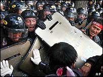 South Korean farmers fights with riot police as they march toward the presidential Blue House (19/11/04)