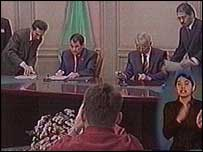 Turkmen President Saparmyrat Niyazov and Uzbek President Islam Karimov sign a friendship declaration on Friday (Uzbek TV image)