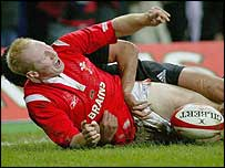 Tom Shanklin scores Wales' first try against New Zealand