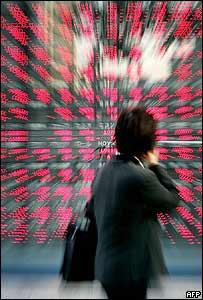 Un inversor mira el tablero de valores.
