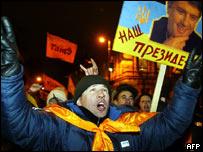 Supporters of Ukraine's opposition candidate Viktor Yushchenko in central Kiev