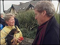 Jeremy Paxman talks to a woman in the street