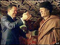 Hugo Chávez con Muamar Gadafi.
