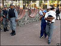 Polic�as vigilan en la poblaci�n donde se produjeron los linchamientos.