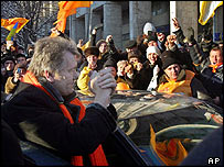 Opposition leader Viktor Yushchenko with supporters