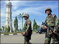 Indonesian troops in Aceh (25/11/04)