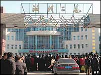 Crowd gathered at the gate of Ruzhou No.2 High School in Ruzhou (26/11/04)