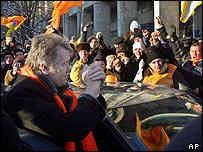 Líder opositor Víctor Yúshchenko con simpatizantes
