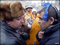 Supporter of Ukrainian opposition leader Viktor Yushchenko (left) argues with a supporter of Prime Minister Viktor Yanukovych