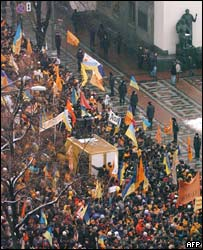 Yushchenko supporters outside parliament in Kiev 2004