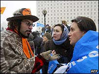 Supporter of Yushchenko (left) argues with supporter of PM Yanukovych during a rally in Kiev, 28 Nov 04