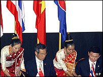 Prime Ministers Lee Hsien Loong of Singapore and Thaksin Shinawatra of Thailand, Nov 29, 2004.