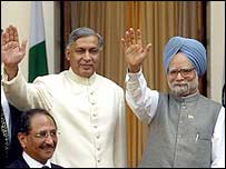 Premiers Shaukat Aziz of Pakistan and Manmohan Singh of India meet in Delhi