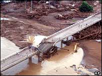 Collapsed bridge in Infanta, central Philippines (30/11/04)